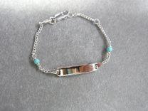 Plaat armbandje met 2 turquoise steentjes.