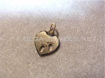Gouden graveerhartje met kleine babyvoetjes 13 mm