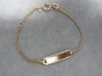 Gouden baby naamplaat armbandje met bewerkt plaatje 11 tot 13 cm