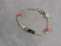 Gouden naamplaat armband met bloedkoraaltjes 11 tot 13 cm