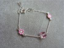 Bedelarmband met vlindertjes en roze en witte bloemen.