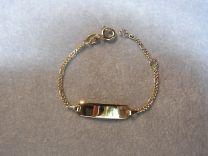 9 karaat baby naam armband met smal figaro schakeltje
