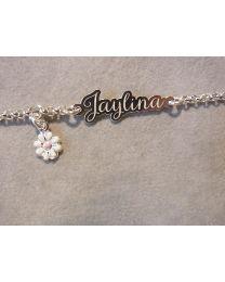 Zilveren armbandje met naam en roze bedel.