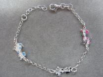 Lilly, zilveren armbandje met 3 pastel kleurige hondjes.
