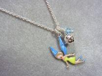 Zilveren kinderkettinkje met fee/elfje, belletje en blauw kraaltje.