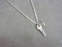 Zilveren kettinkje met een sleuteltje en hartje. De sleutel naar je hart.