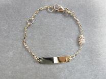 Baby naam armband goud, met open schakel en vlindertje